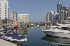 DUBAI UAE - MAJ 11, 2016: snabba motorbåtar i yachtklubba Royaltyfria Bilder