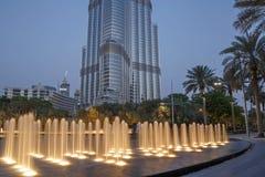 DUBAI UAE - MAJ 16, 2011: springbrunn framme av det Burj Khalifa tornet Royaltyfria Foton