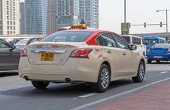 DUBAI UAE - MAJ 11, 2016: taxi Arkivbilder