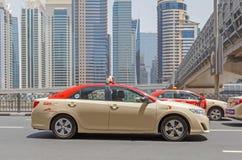 DUBAI UAE - MAJ 12, 2016: taxi Fotografering för Bildbyråer