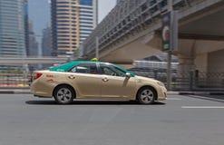 DUBAI UAE - MAJ 12, 2016: taxi Arkivfoto