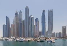 DUBAI UAE - MAJ 15, 2016: torn och yachtklubba Arkivfoton