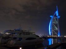 Dubai, UAE - março, 03, 2017: Opinião o Burj luxuoso Al Arab, o hotel o mais exclusivo do mundo, com as sete estrelas na noite fotografia de stock