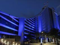 Dubai, UAE - março, 03, 2017: Vista do hotel luxuoso da praia de Jumeirah um hotel exclusivo na noite imagem de stock