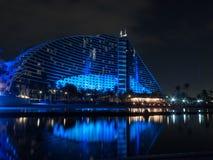 Dubai, UAE - março, 03, 2017: Vista do hotel luxuoso da praia de Jumeirah um hotel exclusivo na noite imagens de stock royalty free