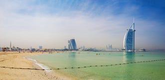 DUBAI UAE - MARS 30, 2017: Aftonhorisonten med den Burj alaraben och Jumeirah sätter på land hotell och den öppna Jumeriah strand Arkivfoton