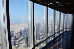 DUBAI UAE - MARS 24, 2016: Dubai som är i stadens centrum från Burj Khalifa Royaltyfria Bilder