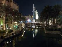 Dubai UAE - mars, 03, 2017: Sikt av den lyxiga Burjen Al Arab, det exklusivaste hotellet av världen, med sju stjärnor från Souk royaltyfria foton