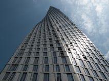 Dubai, UAE - marzo, 02, 2017: La perspectiva de la parte inferior de la torre de Cayan sabe también como torre del infinito en el fotos de archivo libres de regalías