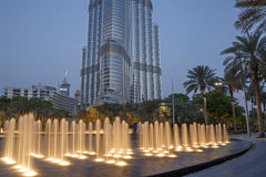 DUBAI, UAE - MAY 16, 2011: fountain in front of Burj Khalifa tower Royalty Free Stock Photos