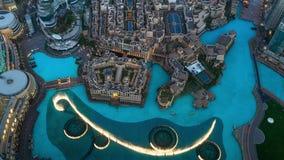 DUBAI, UAE - MAYO DE 2017: Fuente musical de Dubai situada al lado de Burj Khalifa en el centro del Dubai céntrico