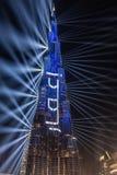 Dubai, UAE - 01/01/2019 - a mostra Multi-colorida do laser e os trabalhos claros, Burj Khalifa World Biggest Skyscraper Lit acima foto de stock