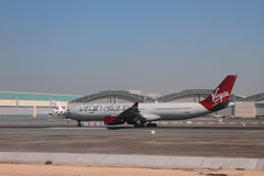 Dubai UAE - nivå av det jungfruliga atlantiska företaget G-VRAY, flygbuss A330-300 på flygplatsen Royaltyfria Bilder