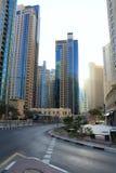 Dubai UAE November 23, 2017 Öde gator av Dubai Djungel av betong Dubai spårvagn michigan för amerikansk auto konvertibel detroit  Royaltyfri Bild