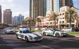 Dubai, UAE - 28. November 2015: Führen 44. Jahrestag Nationaltag Vereinigte Arabische Emirate vor Mohammed Bin Rashid Boulevard lizenzfreies stockbild