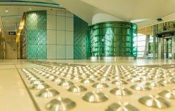 DUBAI UAE - NOVEMBER 10, 2016: Inre av tunnelbanastationen i Dubai Tunnelbana som nätverk för tunnelbana för världs` s länge full Arkivfoton