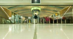DUBAI UAE - NOVEMBER 10, 2016: Inre av tunnelbanastationen i Dubai Tunnelbana som nätverk för tunnelbana för världs` s länge full Royaltyfri Bild