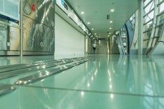 DUBAI UAE - NOVEMBER 10, 2016: Inre av tunnelbanastationen i Dubai Tunnelbana som nätverk för tunnelbana för världs` s länge full Royaltyfri Fotografi
