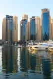 Dubai UAE November 23, 2017 Lyxig fastighet och yachter i Dubai Marina Bay glass reflexioner Reflexioner i vatten redigera Royaltyfri Fotografi