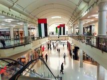Dubai, UAE - noviembre de 2017: Centro de ciudad de Deira, adornado para el día nacional del aniversario del celbrate 46.o, UAE Foto de archivo libre de regalías
