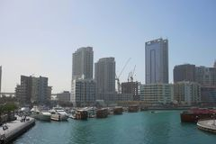 DUBAI, UAE - O 22 DE JANEIRO 2018: Construções modernas no porto de Dubai, Dubai, UAE fotos de stock royalty free