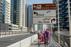 DUBAI, UAE - O 22 DE JANEIRO 2018: Construções modernas no porto de Dubai, Dubai, UAE foto de stock