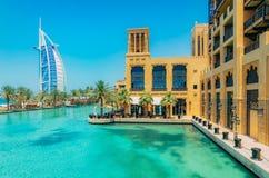 DUBAI UAE - OKTOBER 06, 2016: Arabisk sikt för Burj al från Madinat Jumeirah, Dubai Den härliga sikten på hotell seglar Marknad o Royaltyfria Bilder