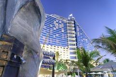 DUBAI UAE - OKTOBER 2015: Byggnader runt om det Burj Al Arab hotellet Arkivbild