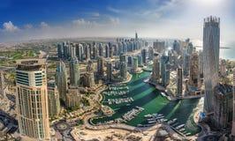 DUBAI, UAE - OKTOBER 10: Construções modernas no porto de Dubai, Dubai Foto de Stock