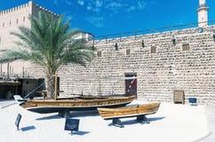 DUBAI UAE - OKTOBER 8: Dubai museum i den historiska Al Fahidi Fort Arkivfoton