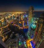 DUBAI UAE - OKTOBER 13: Moderna byggnader i den Dubai marina, Dubai Royaltyfri Foto