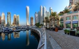 DUBAI UAE - OKTOBER 12: Moderna byggnader i den Dubai marina, Dubai Arkivbilder