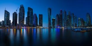 DUBAI UAE - OKTOBER 15: Moderna byggnader i den Dubai marina, Dubai Royaltyfri Fotografi