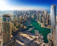 DUBAI UAE - OKTOBER 12: Moderna byggnader i den Dubai marina, Dubai Arkivfoto