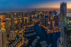 DUBAI UAE - OKTOBER 13: Moderna byggnader i den Dubai marina, Dubai Royaltyfria Foton