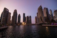 Dubai, UAE - Oktober 2018 Skycrapers an Dubai-Jachthafen Dubai-Jachthafen an den Nachtnachtstadtbildlichtern stockbild
