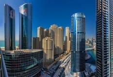 DUBAI UAE - OKTOBER 21: Stadslandskap av den Dubai marina på Oktober Arkivbilder