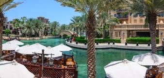 DUBAI UAE - OKTOBER 06, 2016: Strandvillor på det Madinat Jumeirah Al Qasr hotellet Madinat Jumeirah inhyser tre Arkivfoton