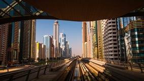 DUBAI UAE - SEPTEMBER 21, 2014: Dubai tunnelbana Timelapse sikt av staden från gångtunneldrevet lager videofilmer