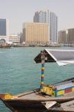 Dubai UAE som en abra anslöt i Bur Dubai på Dubai Creek Deira. Arkivbilder