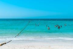 DUBAI, UAE United Arab Emirates - 23 de abril de 2016: Vista de la playa pública con agua de la turquesa fotos de archivo libres de regalías