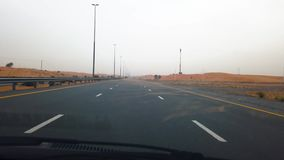 Dubai, United Arab Emirates - 17 de abril de 2019: El paisaje de la carretera a través de los UAE abandona durante una tempestad  almacen de video