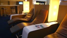 DUBAI, UNITED ARAB EMIRATES - 4 de abril de 2014: El senador Business Lounge de Lufthansa en el aeropuerto DXB de Dubai Internati foto de archivo libre de regalías