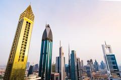 Dubai, United Arab Emirates - 3 de abril de 2018: Rascacielos modernos de Dubai céntrico de un tejado, arquitectura moderna de lo imágenes de archivo libres de regalías