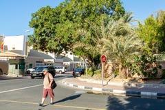 Dubai, United Arab Emirates - 12 de diciembre de 2018: hombre que cruza el camino en los cruces foto de archivo libre de regalías