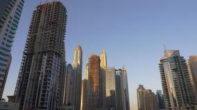 Dubai, United Arab Emirates - 19 de enero de 2018 Districto del puerto deportivo de Dubai Abajo ciudad con skyscrappers modernos  metrajes