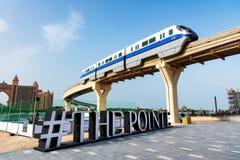 Dubai, United Arab Emirates - 25 de enero de 2019: Funcionamiento del tren sobre el destino de la cena y del entretenimiento de l foto de archivo
