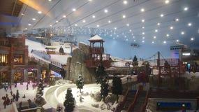 DUBAI, UNITED ARAB EMIRATES - 30 de marzo de 2014: Esquí alpino en Dubai Ski Dubai es una estación de esquí interior con 22.500 Fotos de archivo libres de regalías
