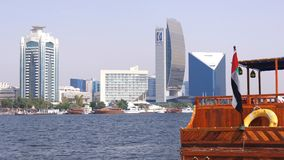 DUBAI, UNITED ARAB EMIRATES - 30 de marzo de 2014: viejo negocio de los barcos de la travesía del transbordador en la bahía de Du foto de archivo