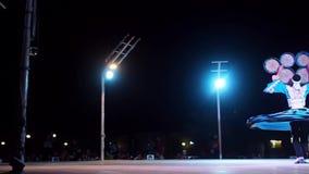 DUBAI, UNITED ARAB EMIRATES, EL 2 DE MAYO DE 2018: Demostración de la danza Danza en el estilo de derviches